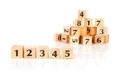 Viele hölzernen Blöcke mit Zahlen Lizenzfreies Stockbild