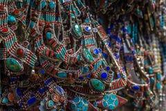 Viele Halsketten mit Koralle und Türkis auf dem Markt klemmen fest Lizenzfreies Stockbild