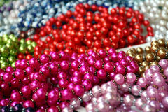 Viele Halsketten von der gefälschten Perle Lizenzfreie Stockfotos