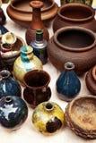 Viele handgemachte Töpferware - keramische Töpfe und Vasen an den Tonwaren kaufen Stockfoto
