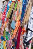 Viele hell farbigen Schals gehangen als Andenken lizenzfreie stockbilder