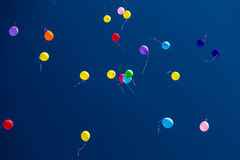 Viele hellen baloons im blauen Himmel Lizenzfreies Stockfoto