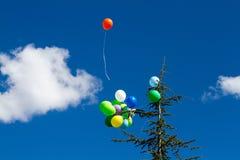 Viele hellen baloons im blauen Himmel Stockfotos