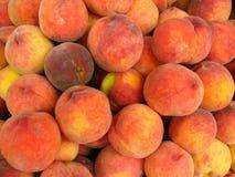 Viele hellen geschmackvollen Pfirsiche Stockfoto