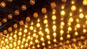 Viele hellen glühenden Glaslampen Beleuchtung von gesetzten Retro- Lampen Edison auf dunklem rabitz Hintergrund Moderner Dachbode stock video