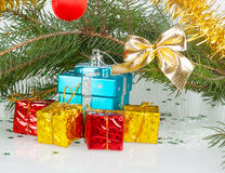 Viele hellen Weihnachtsgeschenke unter dem Baum Stockfotografie