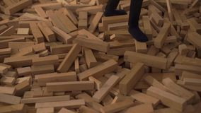 Viele Holzklötze stock video