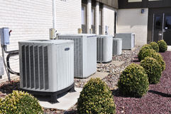 Viele industriellen Klimaanlagenmaßeinheiten Stockfotos