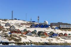 Viele Inuithütten und bunte Häuser aufgestellt auf der felsigen Küste entlang dem Fjord, Nuuk-Stadt, Grönland lizenzfreies stockbild