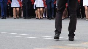 Viele Junge passen das Marschieren auf eine Parade, Bewegung in Richtung zur Kamera, Kameramann gegen sie zusammen Männer in der  stock footage