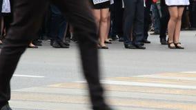 Viele Junge passen das Marschieren auf eine Parade, Bewegung in Richtung zur Kamera zusammen Männer in der Hose, Frauen in den sc stock footage