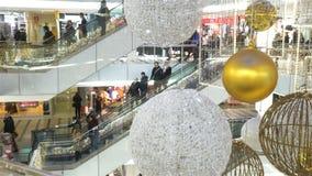 Viele Käufer und traditionellen Weihnachtsdekorationen im Einkaufszentrum stock video