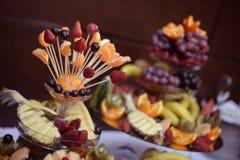 Viele köstlichen Früchte auf Stöcken Stockfoto