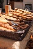 Viele Küchenschneidebretter und Parmesankäsemesser als Andenken stockbilder