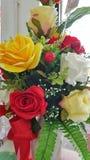Viele künstlichen Blumen der Rosen Stockfoto