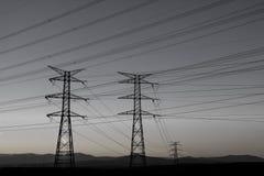 Viele Kabel, die den Himmel kreuzen lizenzfreie stockfotografie