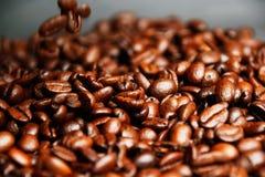 Viele Kaffeebohnen, lässt Sie einen Tasse Kaffee haben wünschen Lizenzfreie Stockbilder