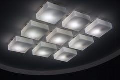 Viele kalten beleuchtenden Lampen in der Bürogebäudelobby stockfotografie