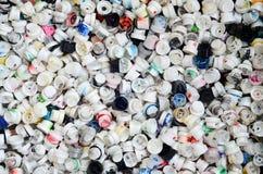 Viele Kappen von den Dosen Aerosolfarbe für Graffiti Geschmiert mit farbigen Farbendüsen liegen Sie in einem enormen pil Lizenzfreie Stockbilder