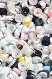 Viele Kappen von den Dosen Aerosolfarbe für Graffiti Geschmiert mit farbigen Farbendüsen liegen Sie in einem enormen pil Lizenzfreies Stockbild