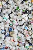 Viele Kappen von den Dosen Aerosolfarbe für Graffiti Geschmiert mit farbigen Farbendüsen liegen Sie in einem enormen pil Stockfotografie