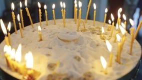 Viele Kerzen in der Kirche stock video footage