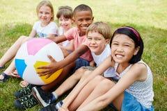 Viele Kinder als Freunde im Park lizenzfreie stockfotografie