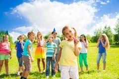 Viele Kinder auf dem Geburtstag des kleinen Mädchens Lizenzfreie Stockfotografie