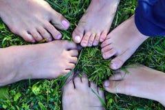 Viele Kinderbeine auf grünem Gras stockbilder