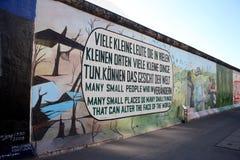 ` Viele Kleine Leute, sterben in Vielen Kleinen Orten ` Ostseiten-Galerie-Kunst lizenzfreie stockbilder