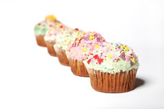 Viele kleinen Kuchen in einer Reihe Lizenzfreie Stockbilder