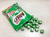 Viele kleinen Würfel von Nestle Milo Energy Cube Stockbild