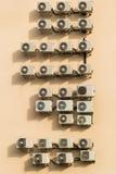 Viele Klimaanlagen auf der braunen Wand Lizenzfreies Stockfoto