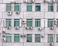 Viele Klimaanlagen auf der Wand Stockfotografie