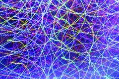 Viele Kreisbewegungen von Neonlichtern auf einem dunklen Hintergrund Stockbild