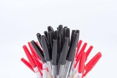 Viele Kugelschreiber auf einem weißen Hintergrund Lizenzfreie Stockfotografie