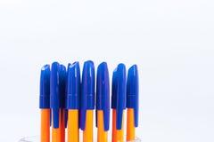 Viele Kugelschreiber auf einem weißen Hintergrund Lizenzfreies Stockbild