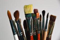 Viele Kunstbürsten auf einem weißen Hintergrund stockbilder