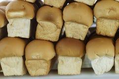 Viele Laibe des frischen Brotes Stockbild
