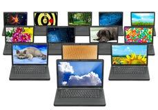 Viele Laptops mit verschiedenen Abbildungen auf dem Bildschirm Lizenzfreies Stockfoto