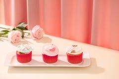 Viele leckeren kleinen Kuchen Süßer Liebeskleiner kuchen des Valentinsgrußes auf Tabelle auf Li Stockbilder
