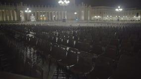 Viele leeren Stühle in St Peter Quadrat, Vorbereitungen für päpstliches Publikum stock video footage