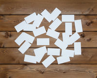 Viele leeren Visitenkarten auf Holztisch Lizenzfreie Stockfotografie