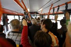 Viele Leute in überfülltem Bus Stockbild