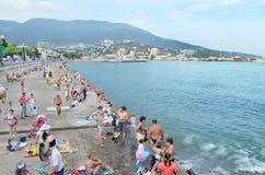 Viele Leute auf der Ufergegend nahe dem Meer in der Stadt von Jalta Krim, Ukraine Stockfotos