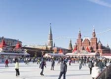 Viele Leute auf einer Eisbahn auf Rotem Platz Stockbild