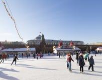 Viele Leute auf einer Eisbahn auf Weihnachtsabend Stockfotografie