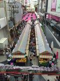 Viele Leute, die in das Siam-Straßenmarkt gehen Stockbild