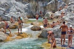 Viele Leute, die in einem Berg baden, strömen Schlucht Kuzdere während der Jeepsafari auf den Stierbergen Lizenzfreie Stockbilder