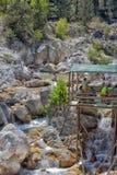 Viele Leute, die in einem Berg baden, strömen Schlucht Kuzdere während der Jeepsafari auf den Stierbergen Lizenzfreies Stockfoto